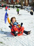 wzgórza mum pełnozamachowa ślizgowa śnieżna syna zima zdjęcia stock