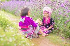 Wzgórza plemienia dzieci bawić się z przyjacielem z tradycyjnym odziewają obraz stock
