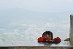 Wzgórza plemienia dziewczyna patrzeje jej przyjaciel podczas gdy bawić się o zdjęcia royalty free