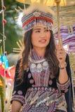 Wzgórza plemienia dziewczyna trzyma białego papier parasolowy w paradzie Zdjęcie Stock