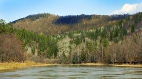 Wzgórza przy Zilim rzeką zdjęcia royalty free