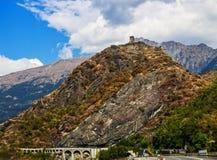 Wzgórza Włoscy Alps z starym kasztelem na wierzchołku Zdjęcia Royalty Free