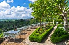 Wzgórza, winnicy i cyprysowi drzewa, Tuscany krajobraz blisko San Gimignano obrazy royalty free