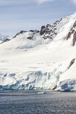 Wzgórza zakrywający z śniegiem w Antarctica Fotografia Stock