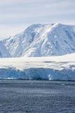 Wzgórza zakrywający z śniegiem w Antarctica Zdjęcie Stock