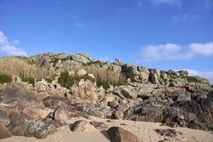 Wzgórze głazy z ludźmi na wierzchołku zdjęcie royalty free