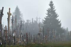 Wzgórze krzyże w mgle zdjęcia royalty free