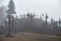 Wzgórze krzyże w mgle fotografia royalty free