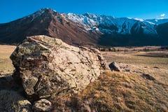 Wzgórze textured kamienie na tle Altai góry dolina Altai gór krajobraz Obrazy Royalty Free