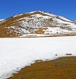 Wzgórze w Africa Morocco atlant doliny góry sucha ziemia jest Zdjęcie Stock
