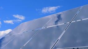 Wziernikowa powierzchnia słoneczna platforma odbija jaskrawego niebo zbiory