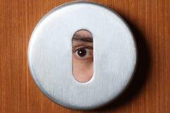 Wzierny pojęcie: oko szpieg przez keyhole z kopii przestrzenią dla twój teksta obraz royalty free