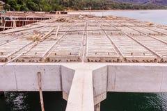 Wzmacnia betonowych promienie i precast cegiełki w budowie molo zdjęcia royalty free