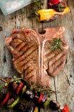 Wzmacnia kość stki na ciemnej starej drewnianej desce zdjęcie royalty free