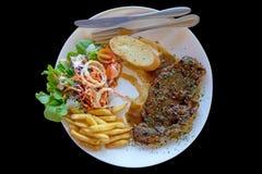 Wzmacnia polędwica piec na grillu stek, czarny tło, w górę obrazy royalty free