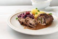 Wzmacnia roladę z czerwoną kapustą i grulami, niemiecki mięsnej rolki stu Fotografia Stock