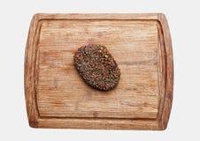 Wzmacnia surowego stek na kuchennej drewnianej desce odizolowywającej Zdjęcie Royalty Free