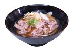 Wzmacnia Udon kluski, Japoński jedzenie styl odizolowywający na białym backgr Zdjęcia Stock