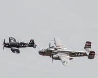 Wznawiający drugiej wojny światowa Stany Zjednoczone samolot bierze niebo fotografia stock