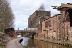 Wznawiający fabryczni i przemysłowi budynki obok kanału, na Obraz Royalty Free