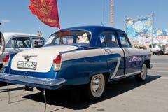 Wznawiający i malujący w błyszczącym kruszcowym błękitnym Volga GAZ-21 przy Zdjęcia Royalty Free