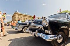 Wznawiający i malujący w błyszczącym kruszcowym czarnym Volga GAZ-21 przy Fotografia Royalty Free