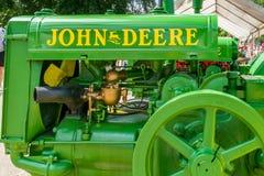 Wznawiający rocznika John Deere ciągnik zdjęcia stock