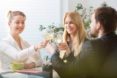 Wznosić toast biznesmenów zdjęcie stock