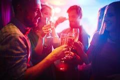 Wznosić toast przy przyjęciem Zdjęcia Royalty Free