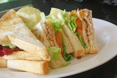 wznosić toast rżnięte grupowe kanapki fotografia stock