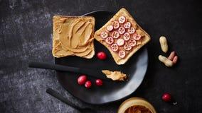 Wznosi toast chleb z domowej roboty masłem orzechowym słuzyć z świeżymi plasterkami cranberries zbiory