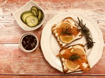 Wznosi toast kanapkę z uwędzonym łososiem, kremowym serem i ogórkiem, obrazy stock