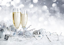 Wznosi toast z srebną boże narodzenie dekoracją obrazy stock