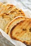 Wznoszący toast baguette plasterek na białym tle zamkniętym w górę Grzanka, crouton Odg?rny widok fotografia stock