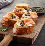 Wznoszący toast chleb z kremowym serem i łososiem obrazy royalty free