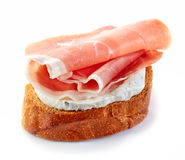 Wznoszący toast chleb z uwędzonym mięsem Fotografia Royalty Free