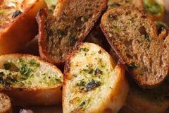 Wznoszący toast chleb z ziele i czosnkiem makro- horyzontalny, wieśniak Obraz Stock