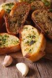Wznoszący toast chleb z ziele i czosnku zbliżeniem na papierze pionowo Zdjęcie Royalty Free