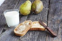 wznoszący toast chlebowy masło zdjęcia royalty free