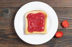 Wznoszący toast chlebowy plasterek z dżemem Fotografia Royalty Free