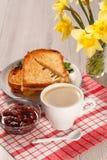 Wznoszący toast plasterki chleb z serem na bielu talerzu, filiżanka coffe obrazy royalty free