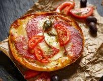 Wznosząca toast kanapka z dodatkiem salami, pomidory i kapary, Obrazy Royalty Free