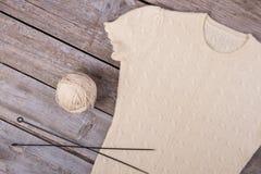 Wzorów warkocze na ciepłym pulowerze Fotografia Stock