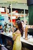 Wzorcowa ładna dama na pokazu karmowym powystawowym wydarzeniu Obraz Stock