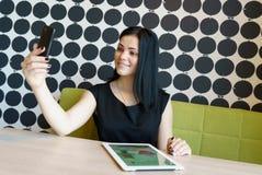 Wzorcowa dziewczyna starzejący się 20s robi selfie fotografii Fotografia Stock