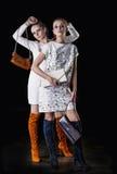 Wzorcowe piękne kobiety w modnych ubraniach i akcesoriach sh Zdjęcia Stock