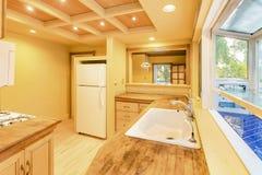 Wzorcowego domu kuchnia w południowym Kalifornia z tnącej deski cou obrazy stock