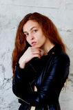 Wzorcowi testy Piękna rudzielec dziewczyna z kędzierzawym włosy Naturalny kolor Krupneishego portret na tle lekka cegła Obrazy Stock