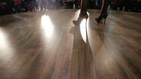 Wzorcowy chodzący wybieg, demonstracja czarni rzemienni buty, dziewczyny iść na piechotę chodzącego pas startowego, pokaz mody zbiory wideo