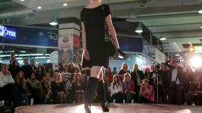 Wzorcowy chodzący wybieg, dziewczyn nogi chodzi w dół pasa startowego zbliżenie, pokaz mody, buty na szpilkach zbiory